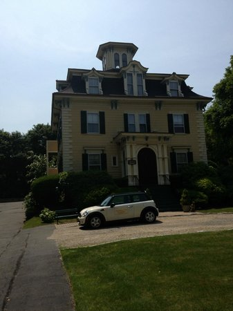 Marblehead Inn: Front view with mini Cooper