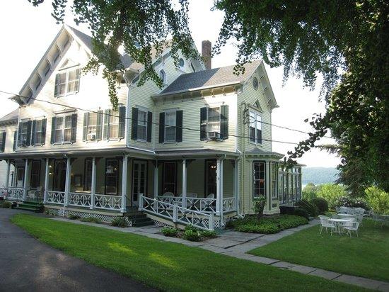 Taughannock Farms Inn: Main house, Taughannock Inn
