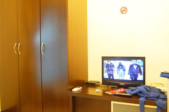 Taipei Ximen BackPackers : Cabinet and TV - with Cable