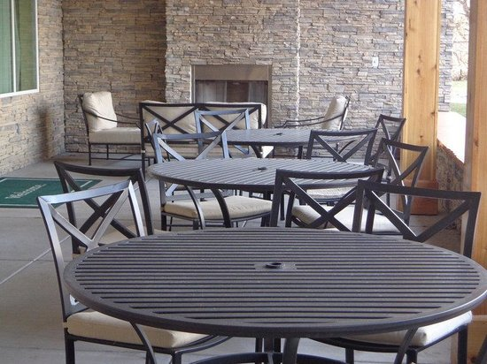 Country Inn & Suites By Carlson, Buffalo South I-90: Outdoor patio fireplace