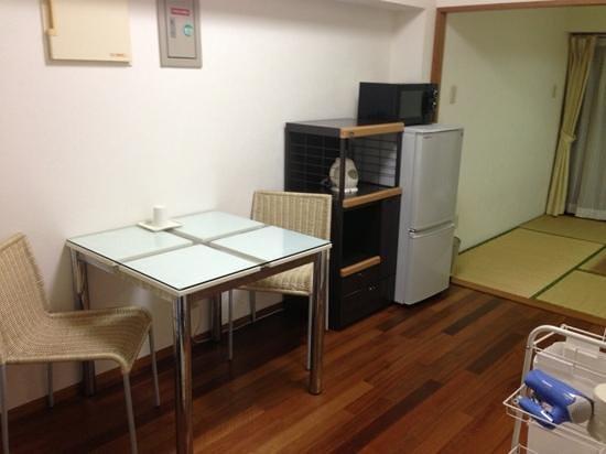 Minshuku Hakuseiso: 202号室 ダイニングには冷蔵庫や電気ケトルやダイニングテーブルがありました。