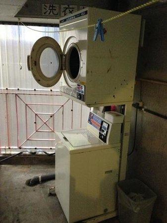 Minshuku Hakuseiso: 2階の廊下の奥に洗濯機と乾燥機がありました。