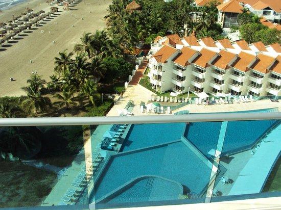 Hotel Las Americas Torre del Mar: Vista de playa y pileta de piso 2 desde la pileta del piso 10