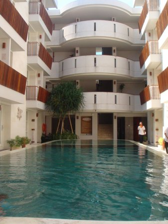 Adhi Jaya Sunset Hotel: Location of pool in respect of rooms