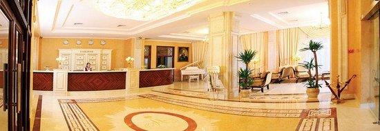 Grand Hotel Aleksandrovski: Lobby