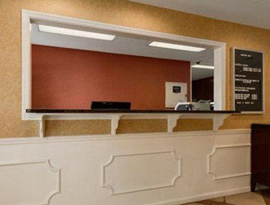 Baymont Inn & Suites Tullahoma: Front Desk