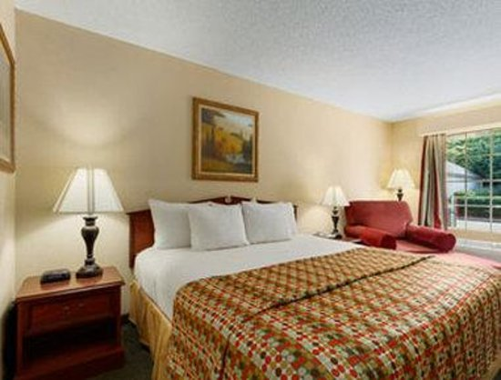 Baymont Inn & Suites Tullahoma: Guest Room with One Bed