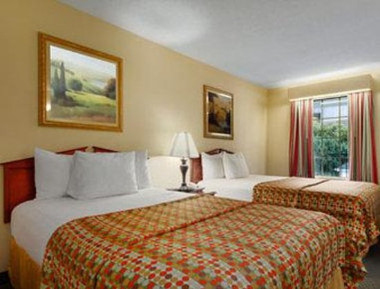 Baymont Inn & Suites Tullahoma: Guest Room with Two Beds