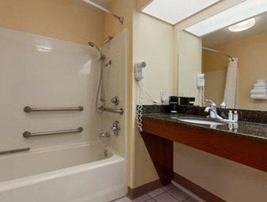 Baymont Inn & Suites Tullahoma: ADA Bathroom