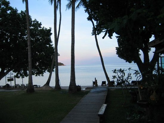 Blue Lagoon Hotel : Walkway to the beach from the pool - sunset.
