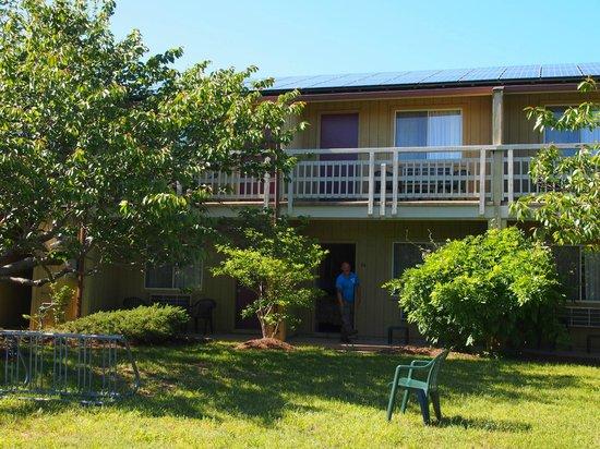 Wellfleet Motel: grasveld,tuin
