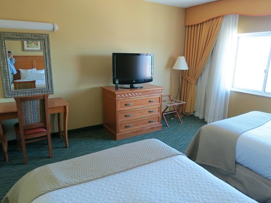 Embassy Suites by Hilton Hotel Monterey Bay - Seaside: Bed room 1202