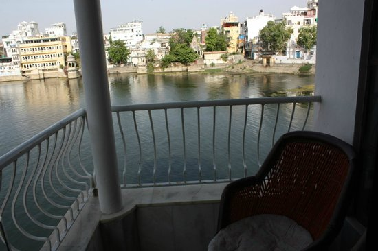 Jheel Guest House: View of the balcony and lake