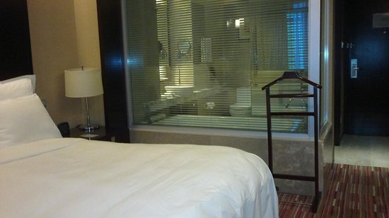 Renaissance Shanghai Zhongshan Park Hotel: view of room from the window looking towards the bathroom
