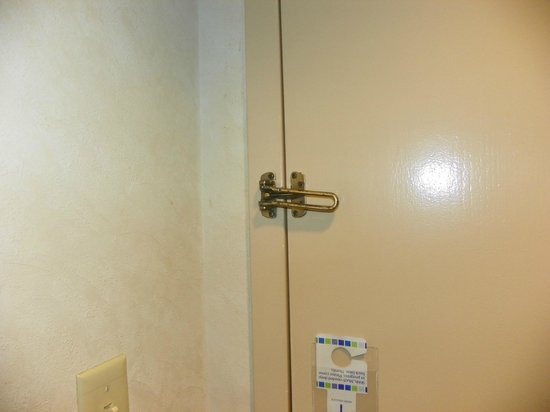 Holiday Inn Gainesville-Lanier Centre : Door latch was barelyl hanging on