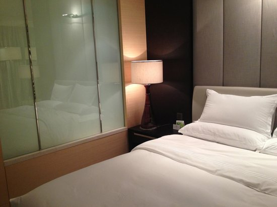 Hotel Nikko Shanghai: ベッドルームとバスルームの液晶曇りガラス