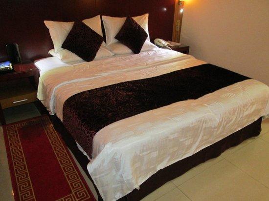 Phoenix Hotel: room
