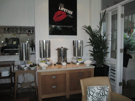 The Hotel Cairns: The plentiful tea and coffee area