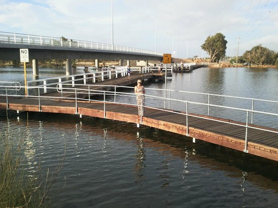 Riverside Cabin Park: Boardwalk under the Collie River Bridge