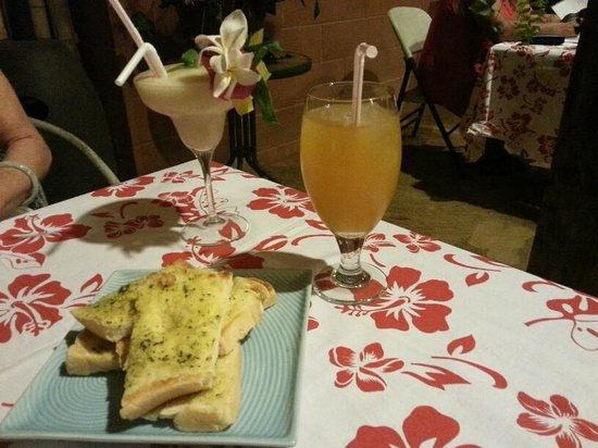Cafe Tupuna: Soursop Cocktail, Tropical Juice and Garlic bread
