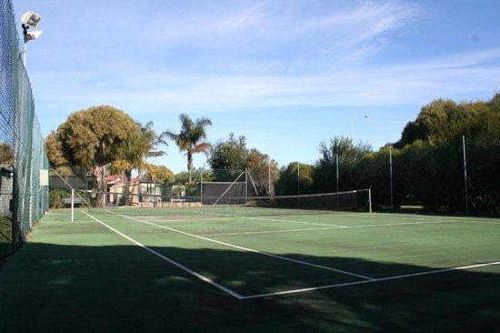 Riverside Cabin Park: Tennis Court with Lights