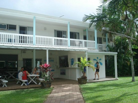 Absolute Backpackers Mission Beach: Reception, kithen and tables to eat and relax