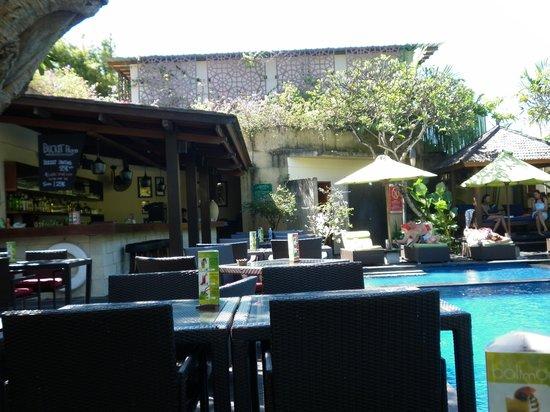 Caramel Restaurant at Kamuela Villas Sanur: Poolside dining