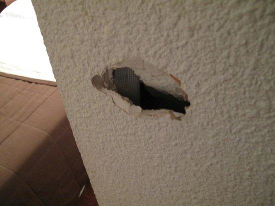 Hotel de Bretagne : trou de 10 cm dans le mur !