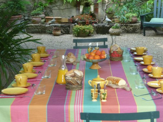 Mas de Barbut : The table laid for breakfast, a surprise every day!