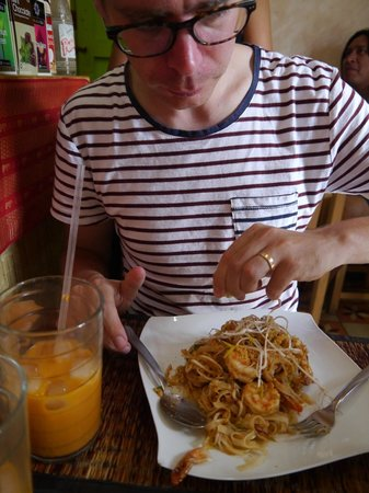 Comida Thai : Prawn pad thai and Thai iced tea