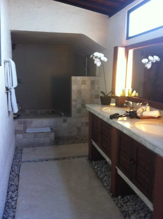 The Villas Bali Hotel & Spa: luxurious bathroom