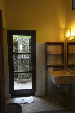 Cocotinos Sekotong, Boutique Beach Resort & Spa: Outdoor shower on ground floor room