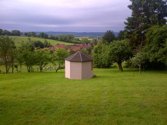 Chestnut Cottage B&B : View from top of garden - rear of Summer House
