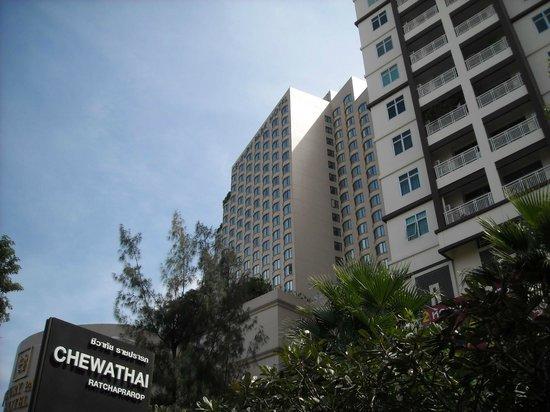 Century Park Hotel: L'albergo visto dalla strada di accesso.