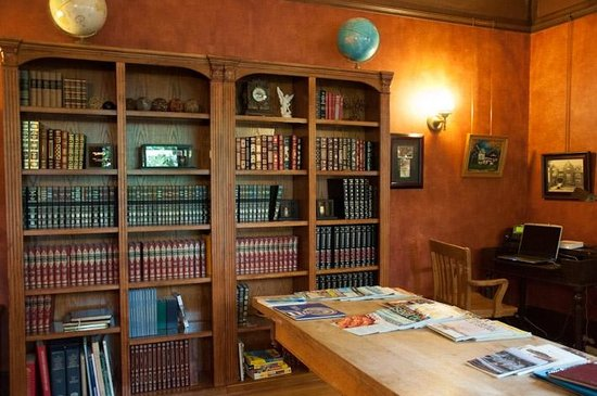 Shafer Baillie Mansion: Computer room & library