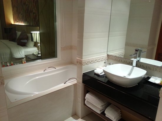 Grand Lord (Boutique) Hotel : the bathroom