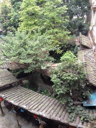 Hello Chengdu International Youth Hostel: Central garden at Sim's