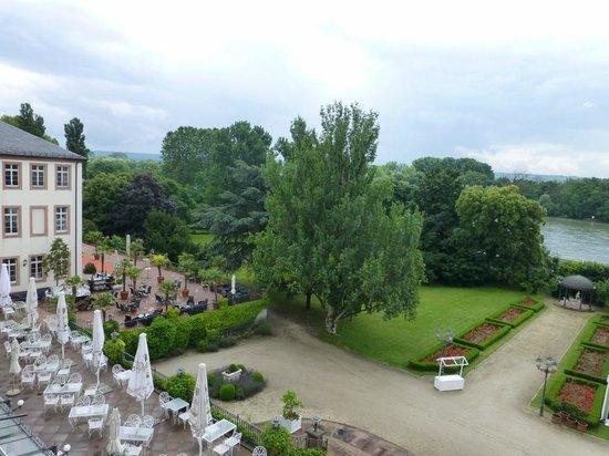 park und terrasse picture of hotel schloss reinhartshausen eltville am rhein tripadvisor. Black Bedroom Furniture Sets. Home Design Ideas