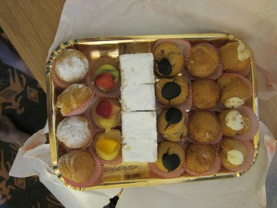 Cielo Vaticano Guest House: Yummy apology cakes that we were given