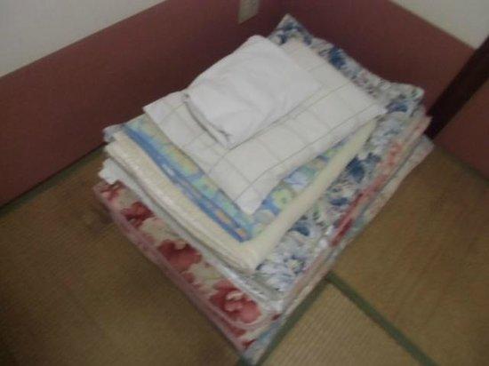 Okinawanoyado Andon Makishikan: 部屋の布団一式。自分で敷きます。