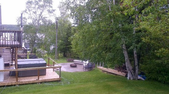 Lakeview Inn: Fire pit and hot tub