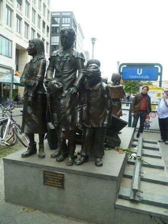 Berlin Jewish Tours : kid trasport to London