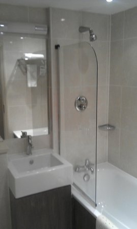 The Thames Riviera Hotel: Lodge Room bathroom