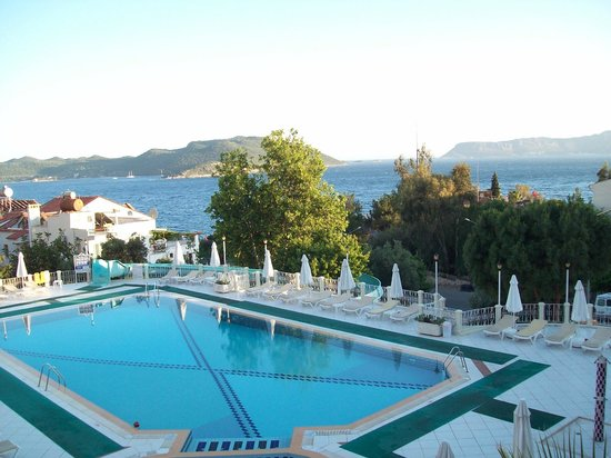 Hotel Club Phellos: Blick über den Pool Richtung Meer