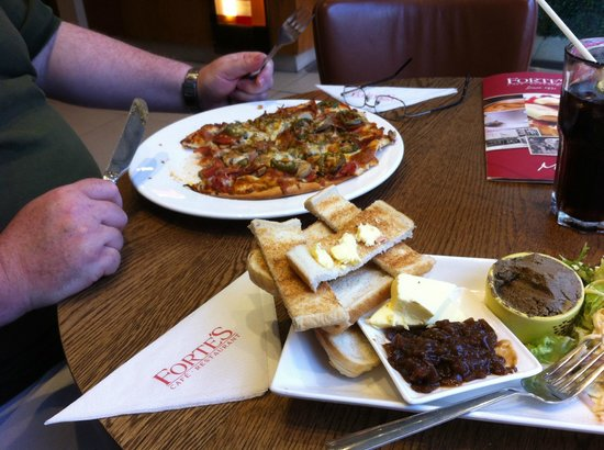 Forte's Cafe Restaurant: Spicy Italian pizza and Pate, onion marmalade and salad