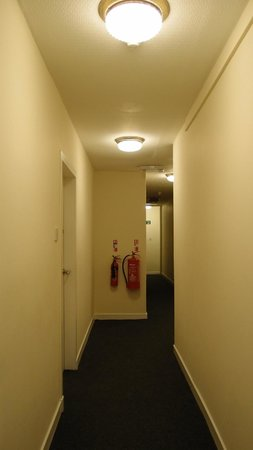 York House Hotel: Passageway at the end of staircase leading to room in basement