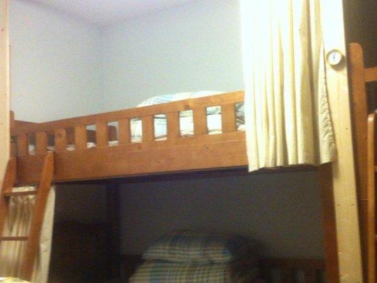 Aza Fukuoka Seminar House: ドミトリールームのベッド