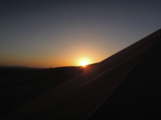 Ksar Bicha: coucher de soleil dans le dunes