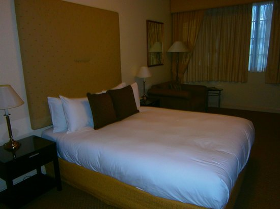 Grand Mercure The Hills Lodge: nice queen size bed; quite comfy