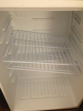 DoubleTree by Hilton Hotel Virginia Beach: what housekeeper would leave the fridge like this?